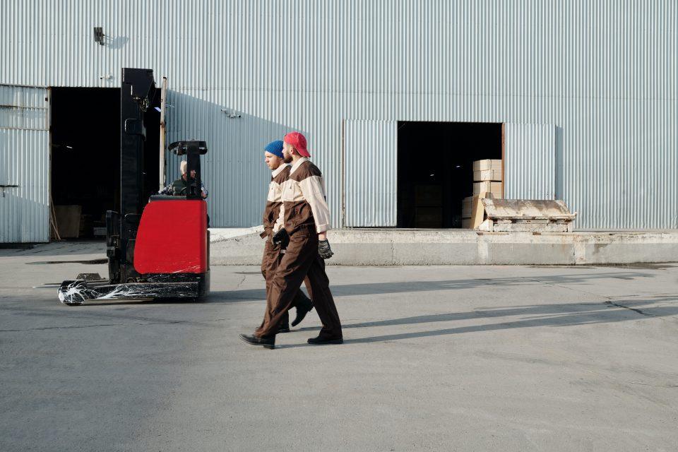 Werken in een fabriek